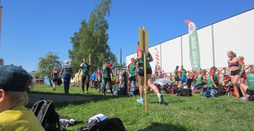 Packat med löpare och publik på tävlingsarenan i Aneby.