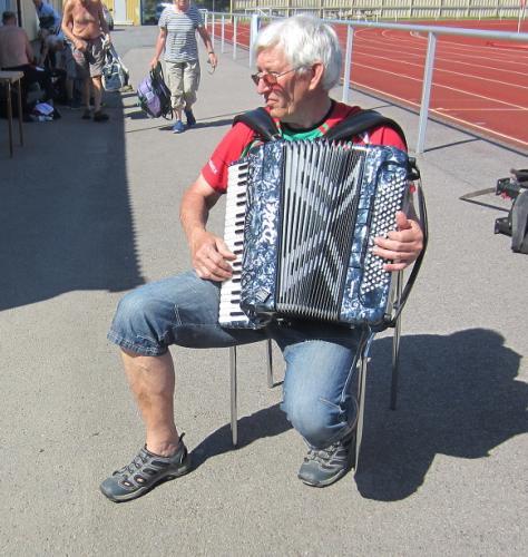 Göran Nilsson drog några välkända melodier på sitt bälgaspel
