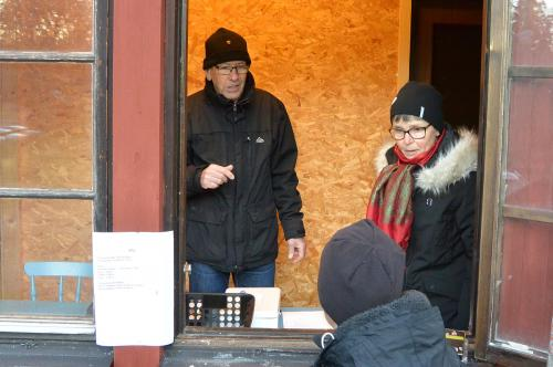 Här kämpar staben Birgitta och Lars-Åke Brengdahl som svarade för hela arrangemanget, banor, utsättning och sekretariat.