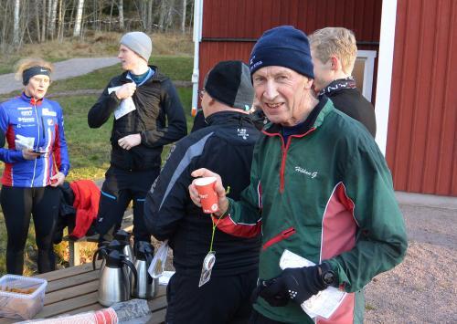 """Still going strong Håkan Gustafsson BOK """"svalkar"""" sig med en varm glögg."""