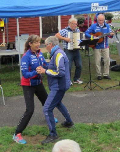 Nu gick det lite bättre tyckte Anna-Karin om Tores dansstil.....